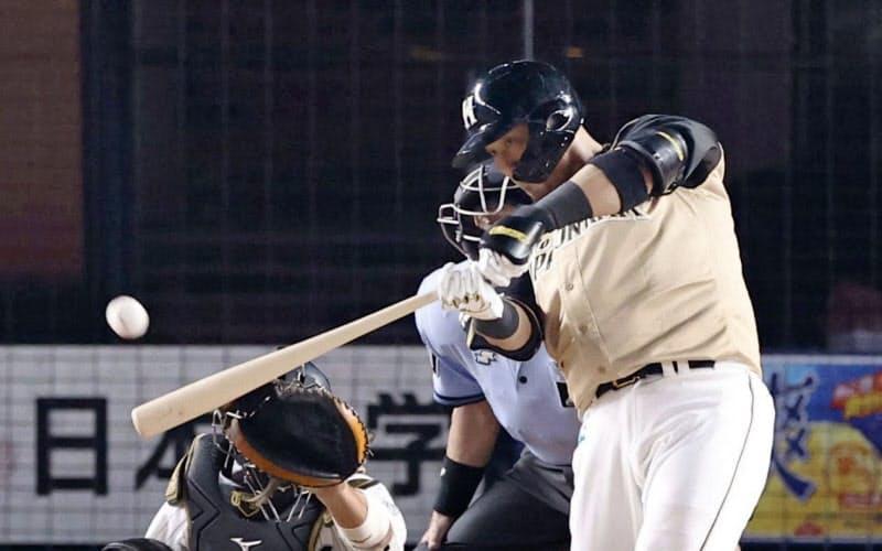 7回日本ハム2死一、二塁、中田が右越えにこの試合2本目の本塁打となる3ランを放つ(12日、ZOZOマリン)=共同