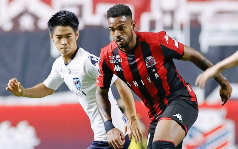 札幌―横浜FC 後半、攻め込む札幌・アンデルソンロペス=右(12日、札幌ドーム)=共同