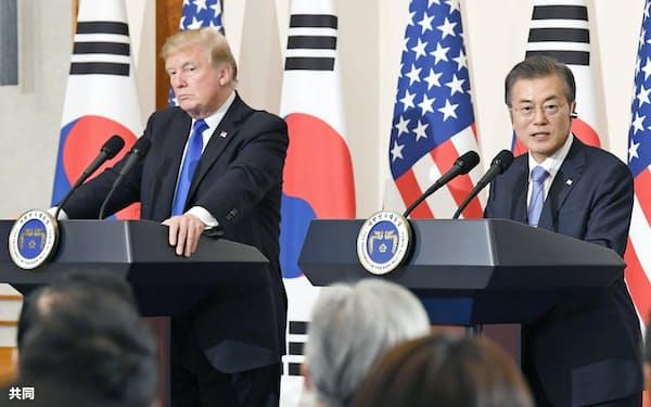 朝鮮半島の有事をにらんだ米韓の主導権争いが続いている(2017年11月の米韓首脳会談後に共同記者会見するトランプ米大統領=左=と韓国の文在寅大統領)=共同