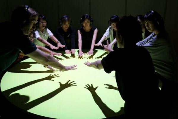 ダイアログ・イン・サイレンスの一種で手を使った表現を楽しむ「手のダンス」