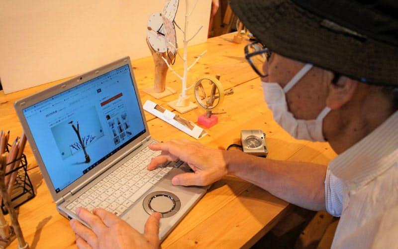 奥村恒夫さんは趣味で作り続けている「小枝ペン」などの木工作品や、ステンドグラスの小物を販売する