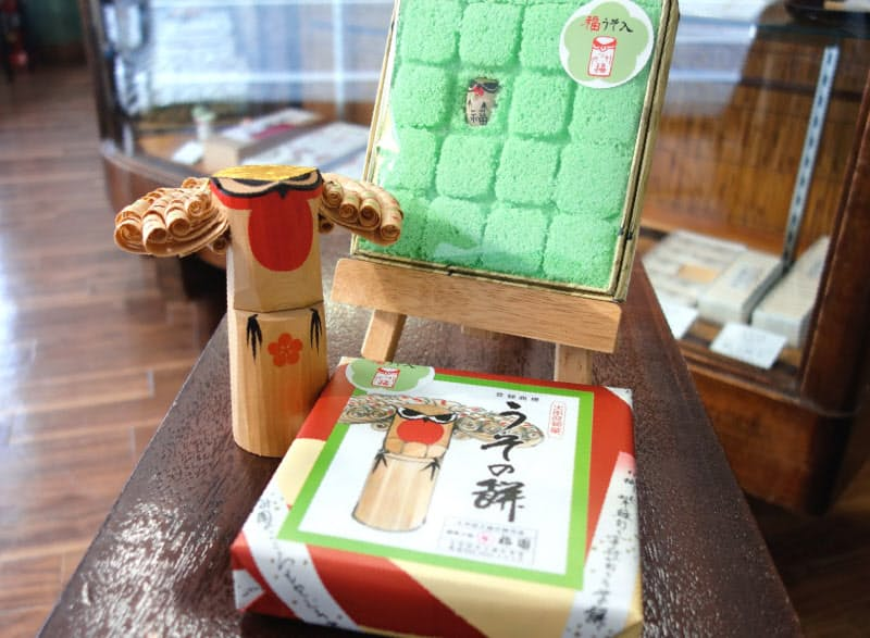 「うその餅」は青ジソ風味で、上南粉と砂糖で作ったそぼろをまぶした餅菓子。うその博多人形が1個入っている