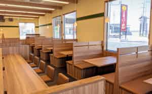 テーブル席は背もたれを頭の位置まで高くした(石川県白山市の新店)