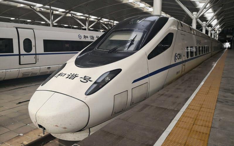 遼寧省大連市の駅に停車する中国版新幹線(6月)