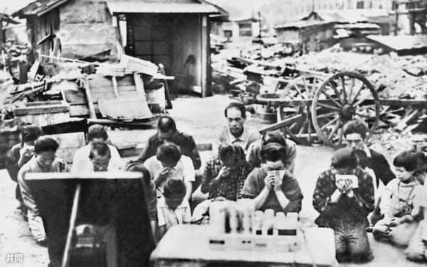 終戦を告げるラジオ放送を聴く人々。この8月15日が日本の終戦記念日となった=共同