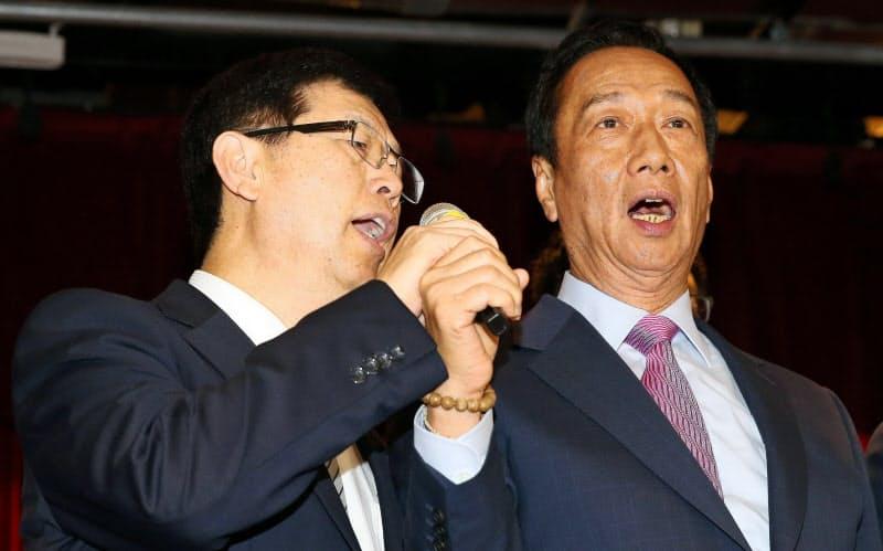 郭台銘(テリー・ゴウ)氏は、19年6月に経営トップから退き、劉揚偉董事長(左)にホンハイを託した(新北市)=中央通信社