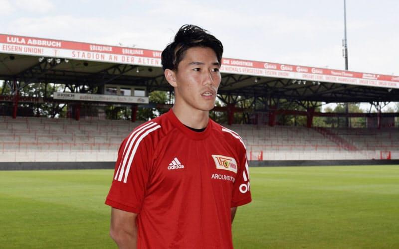 ウニオン・ベルリンに加入し、本拠地のスタジアムで記者会見する遠藤渓太(13日、ベルリン)=共同