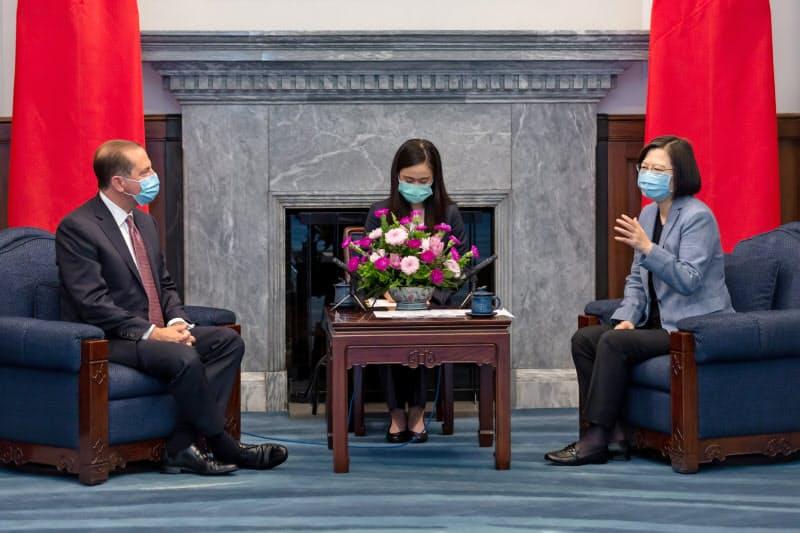 アザー米厚生長官は10日、蔡英文総統と会談した(台北市)=総統府提供