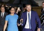 英王室の公務を引退したヘンリー王子と妻のメーガン妃(3月、ロンドン)=AP