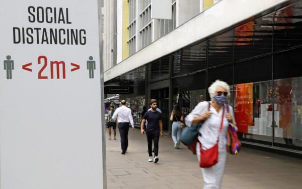英国がコロナ関連の死者数の統計を大きく変更するのは2回目になる(ロンドン市内)=AP