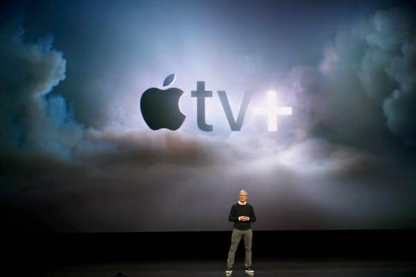 動画配信サービス「TV+」を発表するアップルのクックCEO(19年3月)