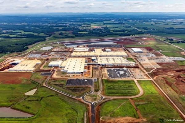 トヨタとマツダは新工場の生産設備を増強する(アラバマ州の建設現場)