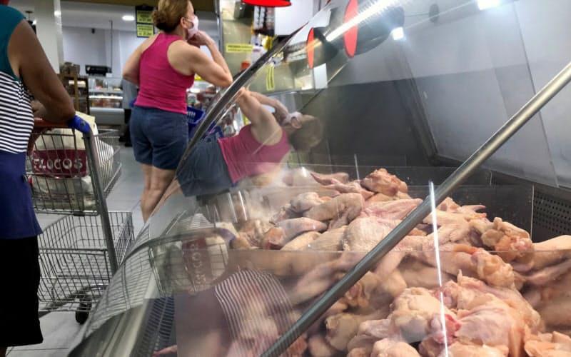 中国はブラジル産の鶏肉から新型コロナウイルスが検出されたと主張する(13日、リオデジャネイロ)=ロイター