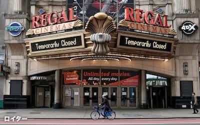 新型コロナウイルスの感染拡大で、ニューヨークの映画館は現在も閉鎖されたまま(タイムズ・スクエア)=ロイター