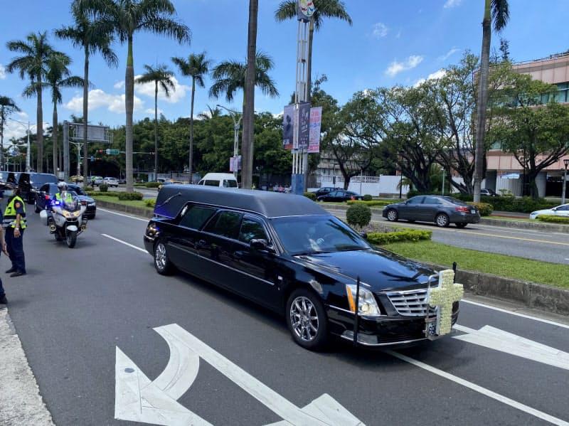 李登輝・元総統の遺体を乗せた霊きゅう車。台湾の人々は沿道で別れを惜しんだ(14日、台北市)