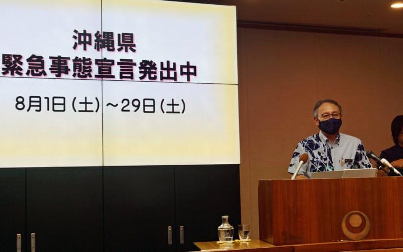 緊急事態宣言の延長を説明する沖縄県の玉城デニー知事(14日、県庁)