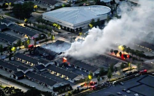 火災で煙を上げるJRA栗東トレーニングセンターの厩舎(14日午後7時4分、滋賀県栗東市)=共同通信社ヘリから