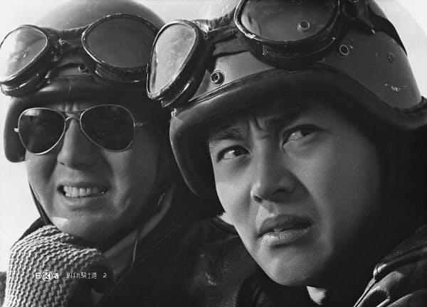映画「あばれ騎士道」の一場面。右が渡哲也さん=日活提供・共同
