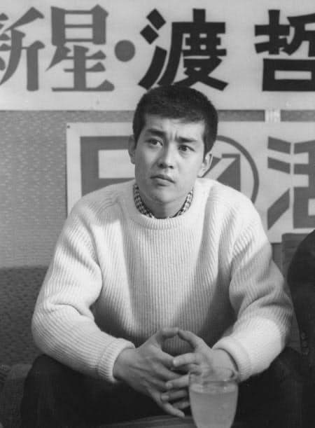 1965年1月、写真に納まる渡哲也さん(東京都内)=共同