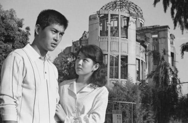 映画「愛と死の記録」の一場面。吉永小百合さん(右)と渡哲也さん=日活提供・共同