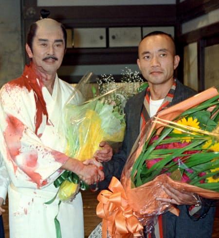 1996年5月、NHK大河ドラマ「秀吉」の収録後、秀吉役の竹中直人さん(右)と写真に納まる信長役の渡哲也さん(東京・渋谷のNHK放送センター)=共同