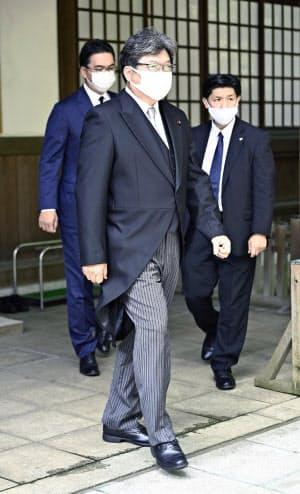 靖国神社を参拝した萩生田文科相(15日午前、東京・九段北)