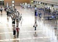 利用客がまばらな羽田空港国内線の出発ロビー(15日午前)=共同