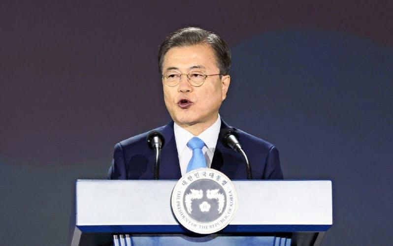15日、光復節の式典で演説する韓国の文在寅大統領(ソウル)=聯合・共同