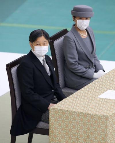 マスクを着用し参列した天皇、皇后両陛下(15日、東京都千代田区の日本武道館)