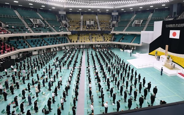 感染防止のため会場では座席の間隔を1メートル空け、参加者数を大幅に抑えた(15日、東京都千代田区の日本武道館)