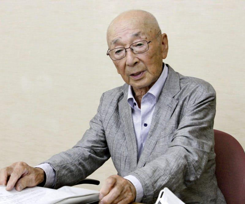 父との思い出を語る、遺族代表の杉山英夫さん(12日、静岡県庁)=共同
