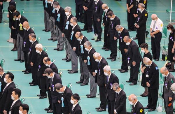 全国戦没者追悼式で黙とうする参列者(15日、東京都千代田区の日本武道館)
