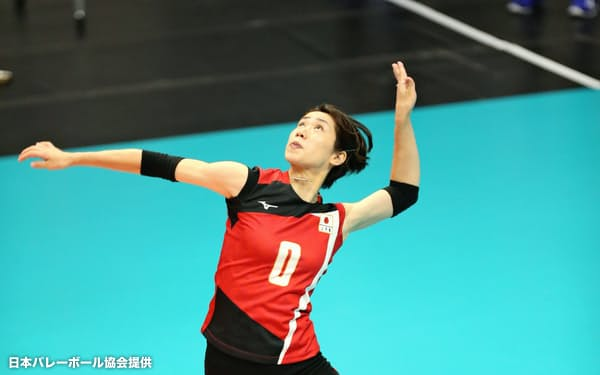 日本代表の紅白戦でサーブを打つ長岡。2度の左膝の大ケガから復帰し、2年ぶりに日の丸のユニホームを着た=日本バレーボール協会提供