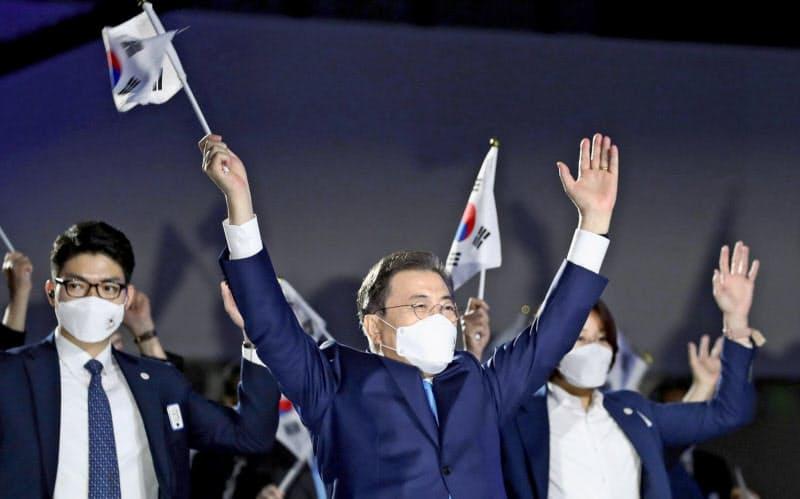 文大統領、日本批判は封印 外交孤立を懸念