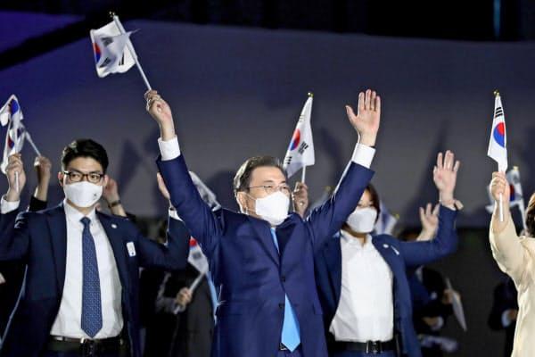 光復節の式典で太極旗を振る文在寅大統領(15日、ソウル)=ロイター
