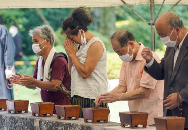 千鳥ケ淵戦没者墓苑で手を合わせる人たち(15日午前、東京都千代田区)