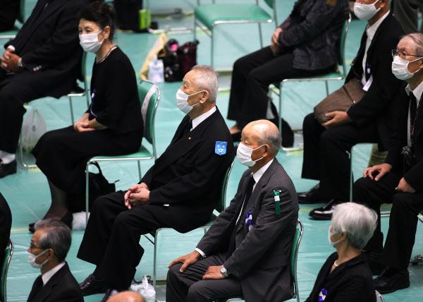 全国戦没者追悼式に参列した人たち(15日、東京都千代田区の日本武道館)