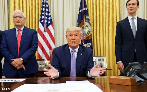 イスラエルとアラブ首長国連邦(UAE)の国交正常化を発表するトランプ大統領(中央)=ロイター