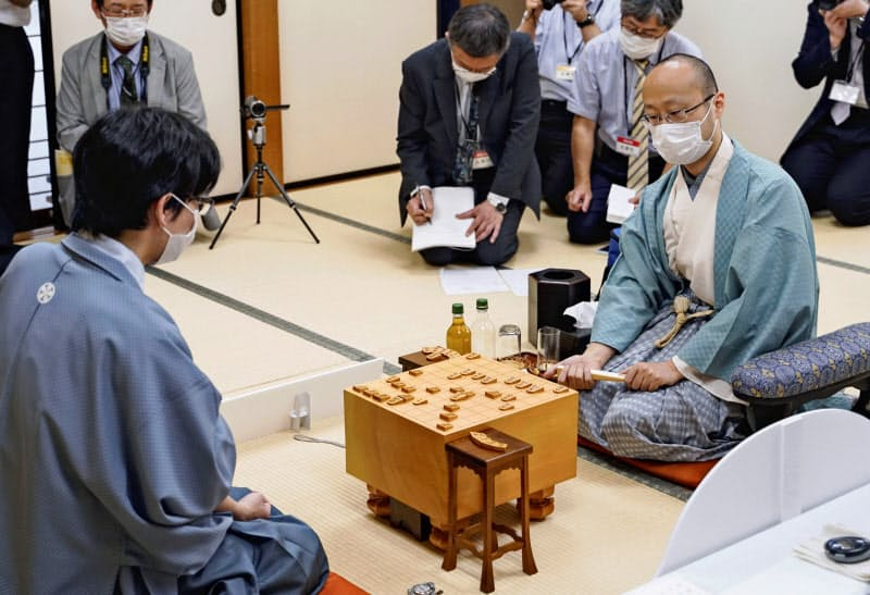 第78期名人戦7番勝負の第6局で豊島将之名人を破り、初の名人位を獲得した渡辺明二冠(右)(15日午後、大阪市の関西将棋会館、日本将棋連盟提供)=共同
