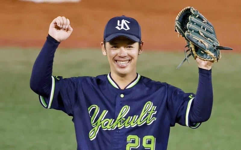 プロ野球のDeNA戦で無安打無得点試合を達成し、喜ぶヤクルトの小川泰弘投手(15日、横浜スタジアム)=共同