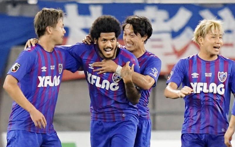FC東京―名古屋の前半、先制ゴールを決め喜ぶFC東京のレアンドロ=左から2人目(15日、味スタ)=共同