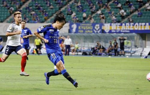 大分―横浜Mの後半、先制ゴールを決める大分・田中達(15日、昭和電ドーム)=共同
