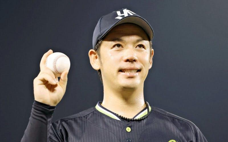 ウイニングボールを手に笑顔のヤクルト・小川=共同
