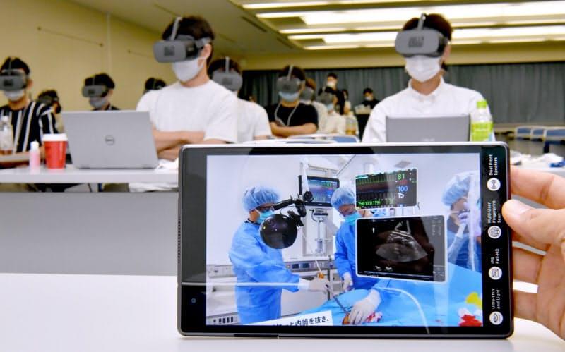 体外式膜型人工肺(エクモ)の操作を疑似体験できるVRを使った医療従事者向けの研修。専用のタブレット端末を操作することでVRゴーグルに治療現場の動画が映し出される(8日、神戸市中央区)=笹津敏暉撮影