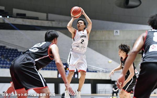 日本代表によるエキシビションマッチでシュートを放つ男子の富樫(16日、国立代々木競技場)=日本バスケットボール協会提供・共同