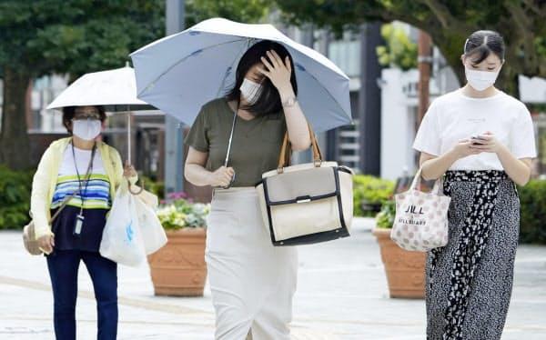 国内史上最高気温と並ぶ41.1度を観測した浜松市内を歩く人たち(17日午後)=共同