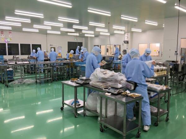 企業は偽造カードを判別し、不法就労のリスクを抑えることができる(外国人労働者が働く工場の例)