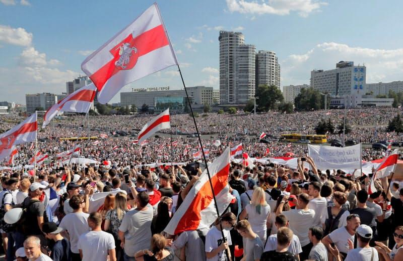 ルカシェンコ大統領退陣を求める抗議運動の輪は広がっている(16日、首都ミンスクで)=ロイター