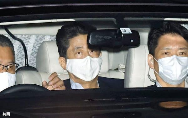 17日、病院での検査を終え私邸に戻った安倍首相(中央)=共同