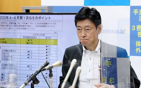 戦後最悪の落ち込みとなったGDPについて記者会見する西村康稔経済財政・再生相(17日)